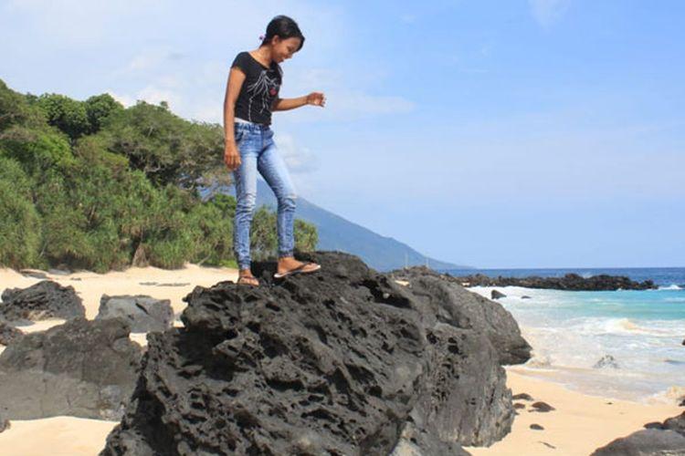 Pesona Pantai Mingar, di Desa Pasir Putih, Kecamatan Nagawutung, Kabupaten Lembata, Nusa Tenggara Timur yang sangat memanjakan mata