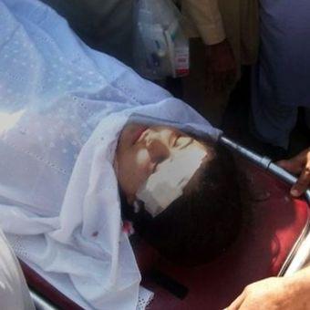 Tim medis Pakistan membawa Malala Yousafzai dengan tandu di rumah sakit, setelah dia diserang oleh orang bersenjata di Mingora pada 9 Oktober 2012. (AFP)