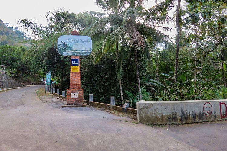 Tugu sebelum sampai di Balkondes Kenalan, Borobudur, Magelang. Belok kanan di pertigaan ini jika ingin ke Bukit Gondopurowangi.
