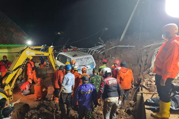 Bencana tanah longsor di Desa Cihanjuang, Kecamatan Cimanggung, Kabupaten Sumedang, Jawa Barat, terjadi pada Sabtu (9/1/2021). Dua kali longsor terjadi, yaitu pada pukul 16.00 WIB dan sekitar pukul 19.30 WIB.