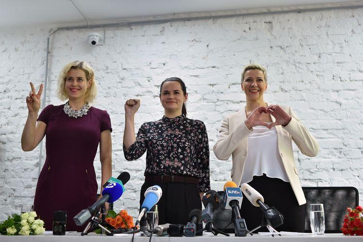 Veronika Tsepkalo, istri dari igur oposisi Valery Tsepkalo, yang dilarang mengikuti pemilihan presiden, kandidat presiden Svetlana Tikhanovskaya, dan Maria Kolesnikova, manajer kampanye Viktor Babaryko, berpose sebelum konferensi pers di Minsk, Belarus, pada 17 Juli 2020. Mereka bersatu untuk menumbangkan petahana, Presiden Alexander Lukashenko, yang dianggap diktator setelah berkuasa selama hampir 30 tahun.