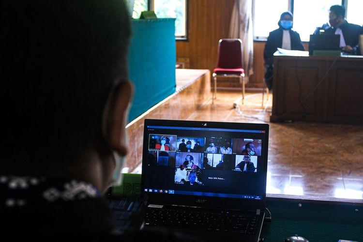 Sidang virtual terhadap dua terdakwa  yang merupakan Ketua DPRD Muara Enim Aries HB dan Pelaksana Tugas (PLT) Dinas PUPR Ramlan Suryadi berlangsung di Pengadilan Negeri Kelas 1 A Palembang,Sumatera Selatan, Senin (14/9/2020). Dalam persidangan itu, kedua terdakwa didakwa pasal berlapis karena terbukti menerima suap.