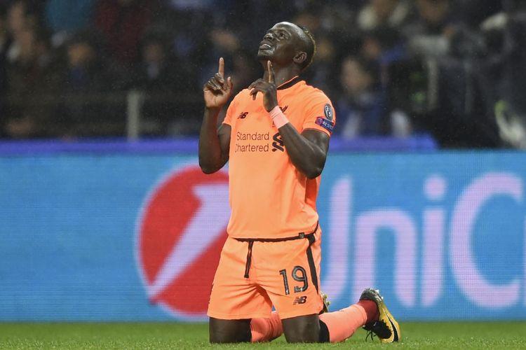 Pemain sayap Liverpool, Sadio Mane, bersyukur seusai mencetak gol ke gawang FC Porto pada pertandingan pertama babak 16 besar Liga Champions di Do Dragao, Rabu (14/2/2018).