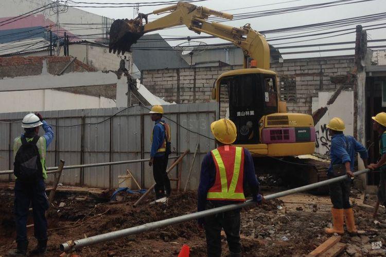 Bangunan untuk pembangunan MRT di ruas Jalan Fatmawati dibongkar, Selasa (28/2/2017).