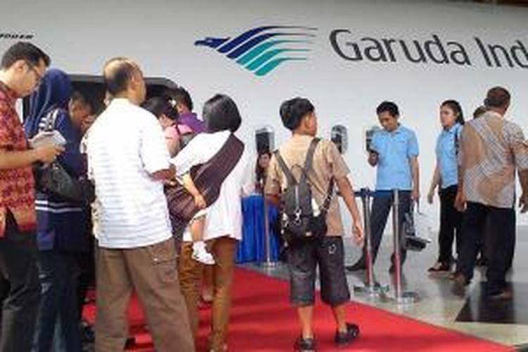Pengunjung memasuki pintu masuk Garuda Indonesia Travel Fair (GATF) 2013 yang didesain seperti kabin pesawat terbaru milik Garuda Indonesia, Boeing 777-300 ER di JCC, Jumat 913/9/2013).