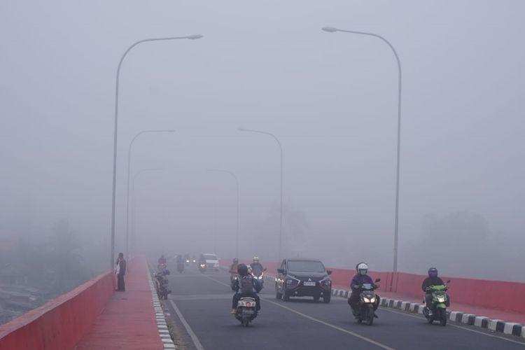 Kabut asap tebal menyelimuti kota Palembang, akibat kebakaran hutan dan lahan yang terjadi disejumlah wilayah Sumater Selatan. Akibat kabut ini, kondisi udara di Palembang sempat masuk ke level berbahaya.