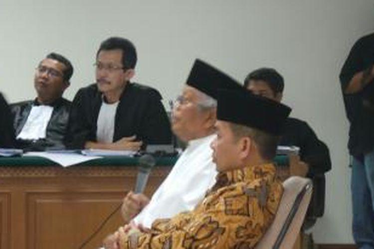 Ketua Majelis Syuro Partai Keadilan Sejahtera (PKS) Hilmi Aminuddin dan anggota Majelis Syuro PKS Jazuli Juwaini bersaksi di sidang kasus dugaan suap pengaturan kuota impor daging sapi dan pencucian uang dengan terdakwa Luthfi Hasan Ishaaq di Pengadilan Tipikor, Senin (21/10/2013).
