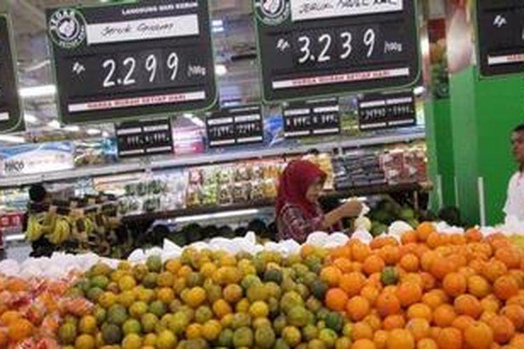 Buah impor ditawarkan kepada pengunjung sebuah pusat perbelanjaan ritel di kawasan Ciledug, Kota Tangerang, Banten, Minggu (24/2/2013). Tingginya lonjakan impor hortikultura selama beberapa tahun terakhir membuat pemerintah mengeluarkan peraturan larangan sementara impor buah. Penghentian impor itu berlaku bulan Januari hingga Juni 2013.