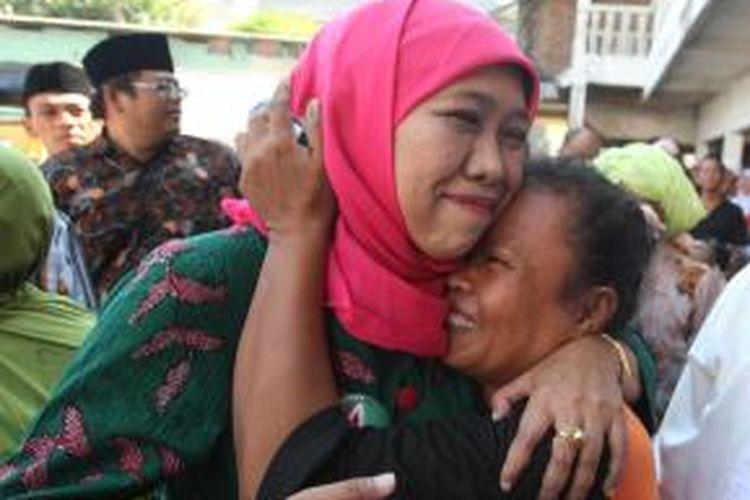 Seorang pedagang di Pasar Bulakbanteng, Surabaya, memeluk calon gubernur Jawa Timur Khofifah Indar Parawansa, Sabtu (24/8/2013).