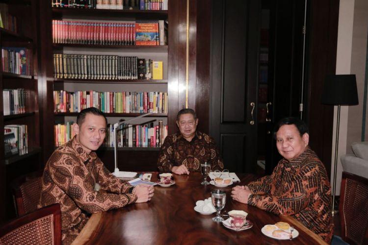 Ketua Umum Partai Gerindra Prabowo Subianto bertemu Ketua Umum Partai Demokrat Susilo Bambang Yudhoyono beserta Komandan Satuan Tugas Bersama (Kogasma) Agus Harimurti Yudhoyono (AHY), Selasa (24/7/2018), di rumah SBY, Kuningan, Jakarta Selatan.