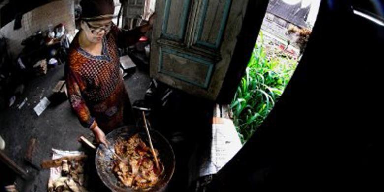 Welti memasak masakan untuk warung nasi kapau miliknya di rumahnya di Nagari Kapau, Agam, Sumatera Barat. Masakan khas nasi kapau antara lain rendang itik, rendang ayam, dan tambusu (usus sapi isi telur dan tahu).