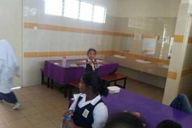 Salah satu foto ini diunggah di Fecebook menunjukkan para siswa non-Muslim di SK Seri Pristina, Sungai Buloh, Selangor, Malaysia terpaksa makan di toilet selama bulan Ramadhan.