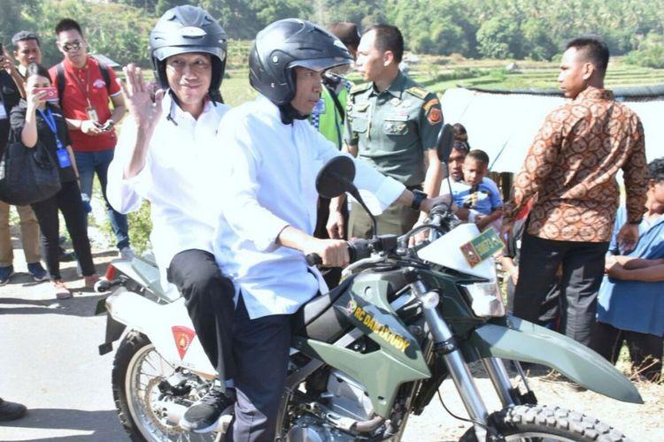 Naik motor trail, Gubernur NTB, TGH M Zainul Majdi berboncengan dengan Presiden Joko Widodo meninjau lokasi pengungsi korban gempa di Lombok Utara.
