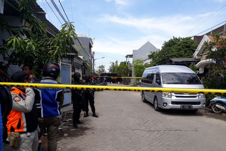 Rumah keluarga pelaku bom bunuh diri Mapolrestabes Surabaya digeledah Densus 88, Selasa (15/5/2018)