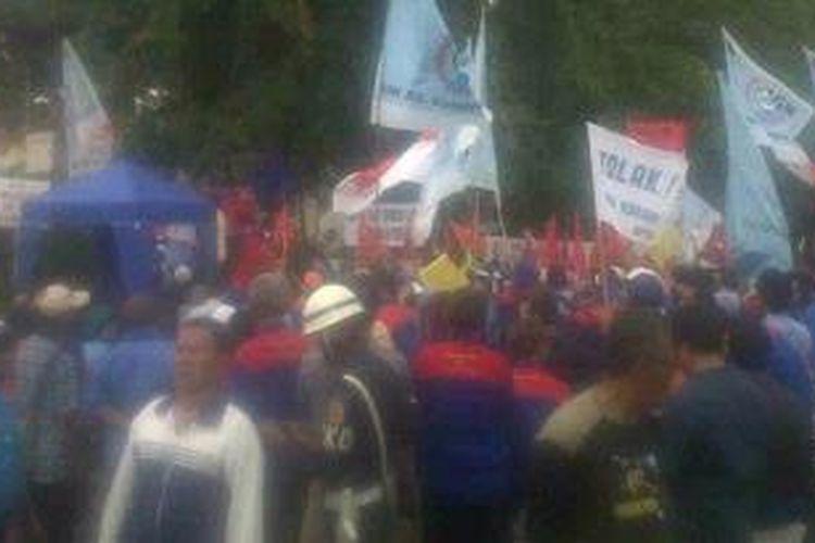 Ratusan buruh RS Sumber Waras melakukan aksi demo di depan RS Sumber Waras pada Rabu (1/5/2013). Demo tersebut dilakukan menuntut kesetaraan UMP.