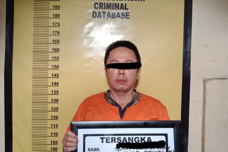 Inilah otak pelaku penebangan pohon median jalan berinisial TFG alias Tomi (46) usai ditangkap Polsek Bukitraya di Pekanbaru, Riau, Senin (9/11/2020).