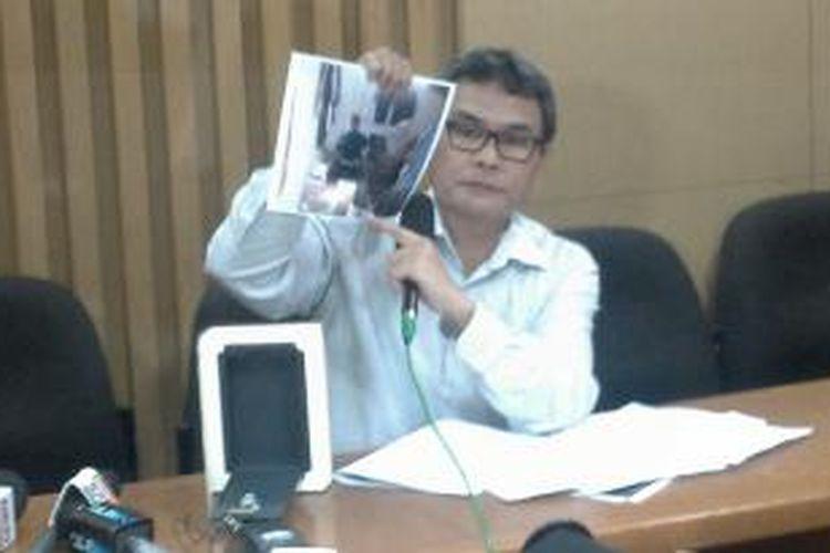 Juru bicara KPK Johan Budi menunjukkan temuan penyelundupan uang dan barang di rumah tahanan KPK.