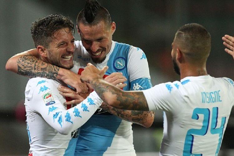 Dries Mertens, Marek Hamsik, dan Lorenzo Insigne merayakan gol Napoli ke gawang Fiorentina pada pertandingan Serie A di San Paolo, Sabtu (20/5/2017).