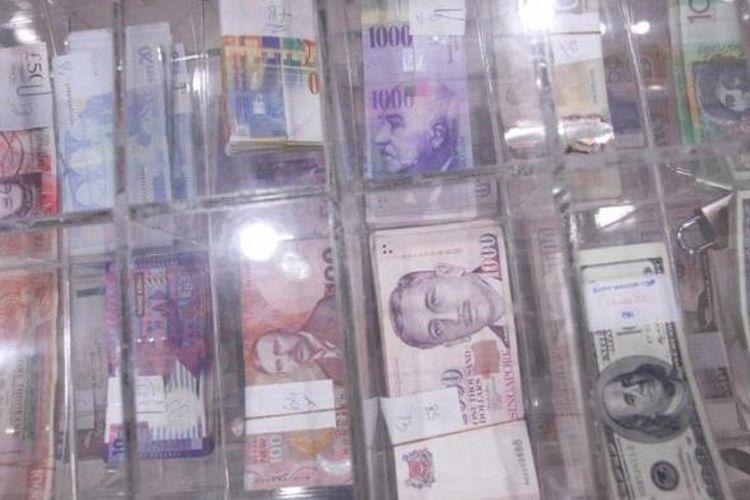 Petugas memilah valuta asing di Cash Center Bank Mandiri di Jakarta, Jumat (4/1/2013).
