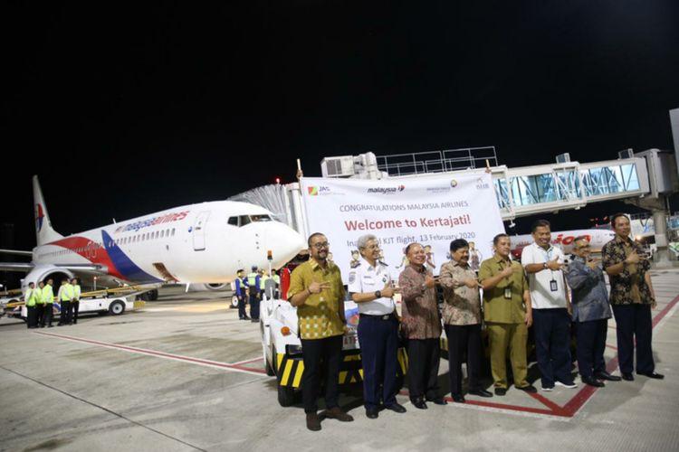 Malaysia Airlines secara resmi membuka rute penerbangan Kuala Lumpur (KLIA) - Kertajati (KJT). Malaysia Airlines resmi melakukan penerbangan perdana dengan rute dari Bandar Udara KLIA ke Kertajati pada Kamis (13/2/2020) malam.