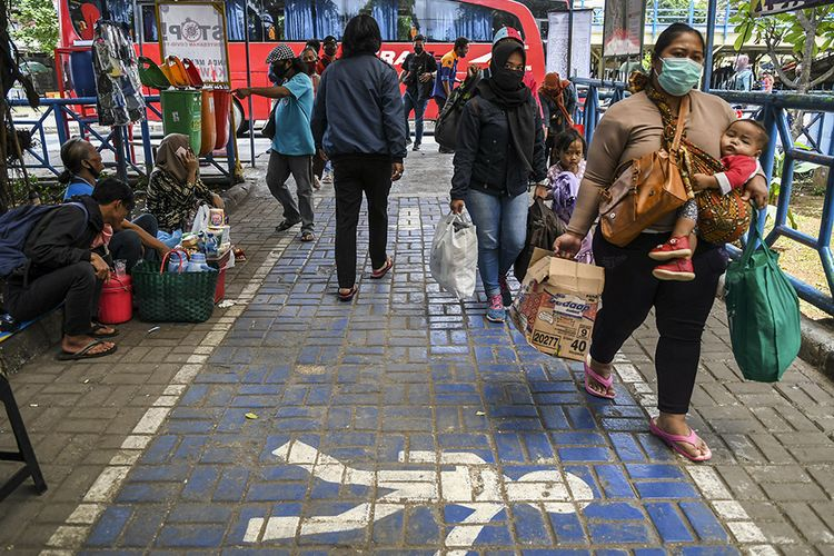 Penumpang tiba di Terminal Kampung Rambutan, Jakarta, Minggu (3/1/2021). Berdasarkan data Dishub Terminal Kampung Rambutan per tanggal 2 Januari 2021 jumlah penumpang bus yang tiba di Jakarta sebanyak 34.220 penumpang, sementara pemudik yang diberangkatkan menuju luar Jakarta melalui Terminal Kampung Rambutan sebanyak 15.059 penumpang.