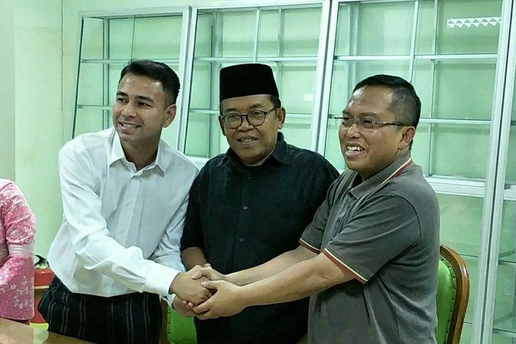 Raffi Ahmad bersalaman dengan Wasekjen MUI Nadjamuddin Ramli (kanan) dan Ketua Komisi Infokom MUI Masduki Baidlowi (tengah) di kantor pusat MUI, kawasan Menteng, Jakarta Pusat, Kamis (30/5/2019).
