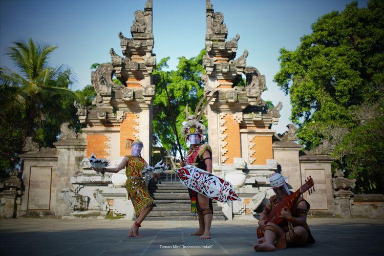 Penari anjungan di Taman Mini Indonesia Indah (TMII) menari menggunakan face shield sebagai alat pelindung diri.