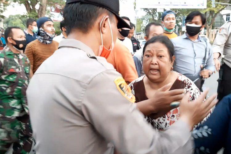 Roslina warga jalan RE Martadinata, Kota Jambi, marah pada polisi karena gas air mata masuk ke pemukiman saat demonstrasi penolakan omnibus law rusuh, pada Selasa (20/10/2020) sore.