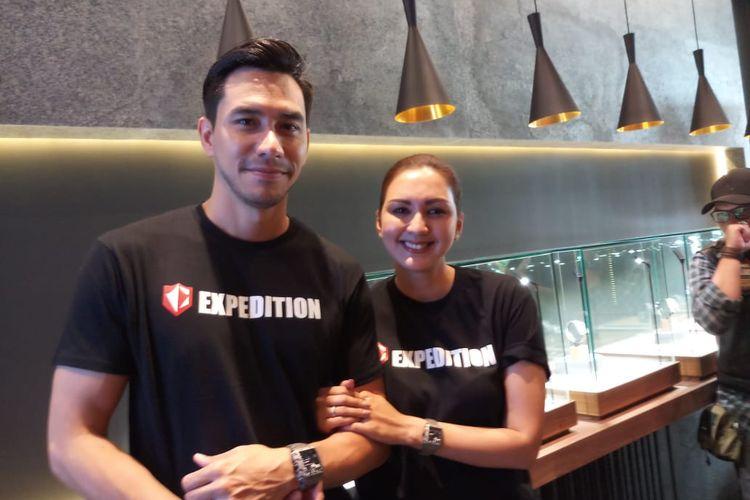 Presenter Darius Sinathrya dan Donna Agnesia saat ditemui di acara peluncuran Himalaya Series, Expedition Professional Adventure Equipment di Central Park, Grogol, Jakarta Barat, Sabtu (23/11/2019).