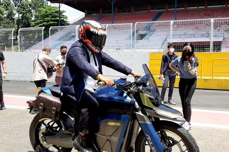 Wakil Gubernur Jawa Barat Uu Ruzhanul Ulum hadir dalam peluncuran motor listrik adventure, Anubis Cruisercross, buatan Baran Energy