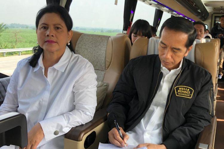 Presiden Joko Widodo dan Ibu Negara Iriana saat menumpang Bus Damri. Jokowi dan rombongan menjajal jalur tol Trans Jawa dari Surabaya hingga Semarang, Rabu (20/12/2018).