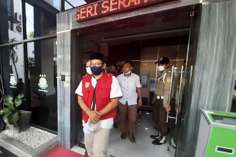 Mantan Ketua Organda Kota Serang Sadrai Bagus Tajir saat digelandang ke mobil tahanan usai menjalani pemeriksaan