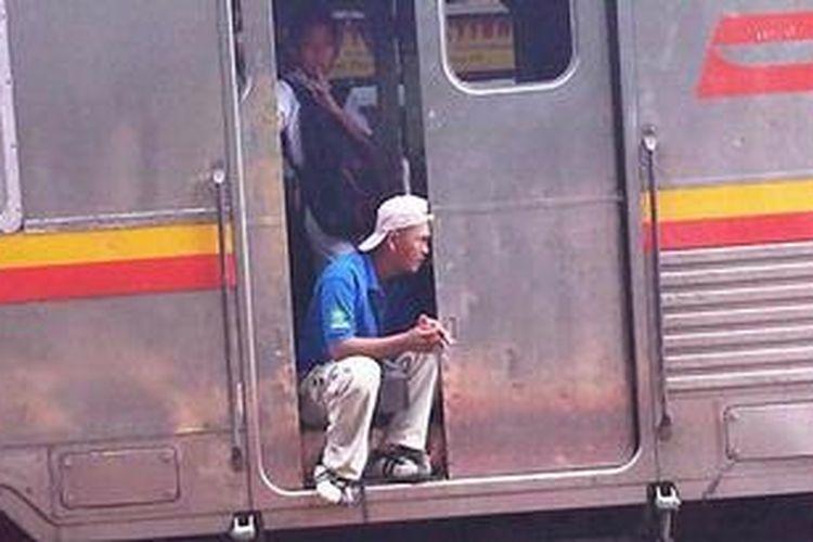 ILUSTRASI: Penumpang Kereta Rel Listrik (KRL) Ekonomi