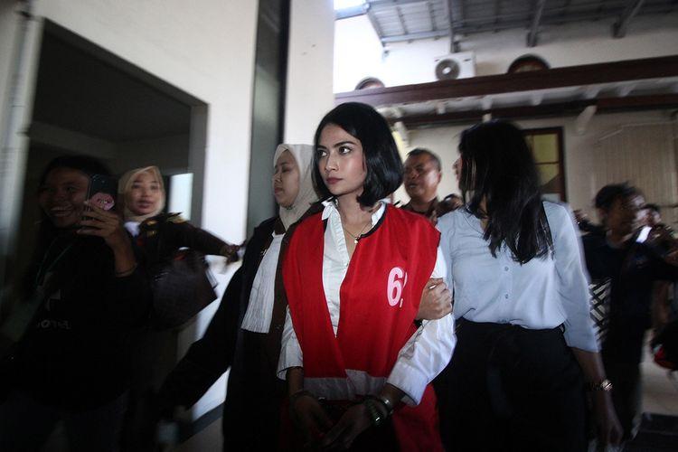 Terdakwa kasus dugaan penyebaran konten asusila Vanessa Angel (tengah) berjalan meninggalkan ruangan usai menjalani sidang tuntutan di Pengadilan Negeri (PN) Surabaya, Jawa Timur, Senin (17/6/2019). Jaksa Penuntut Umum (JPU) menuntut Vanessa Angel dengan hukuman 6 bulan penjara.