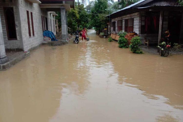 Kondisi di Desa Sei Bamban, Kecamatan Batang Serangan, Langkat akibat terrendam luapan Sungai Tenang dan Sungai Batang Serangan pada Minggu dini hari.