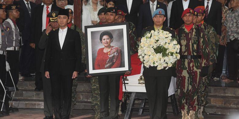 Putra Presiden ke-6 RI Susilo Bambang Yudhoyono, Edhie Baskoro Yudhoyono (kiri) bersiap mengikuti upacara militer pelepasan jenazah almarhumah Ani Yudhoyono di Cikeas, Bogor, Jawa Barat, Minggu (2/6/2019). ANTARA FOTO/Akbar Nugroho Gumay/hp.