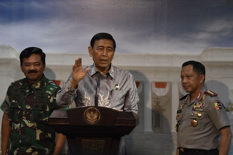 Menkopolhukam Wiranto (tengah) bersama Kapolri Jenderal Pol Tito Karnavian (kanan) dan Panglima TNI Marsekal TNI Hadi Tjahjanto (kiri) menyampaikan keterangan usai rapat terbatas dengan Presiden Joko Widodo terkait Papua dan Papua Barat di Kantor Presiden, Jakarta, Jumat (30/8/2019). Presiden menyampaikan arahan kepada aparat untuk melindungi harkat dan martabat rakyat Papua, segera memperbaiki sarana prasarana yang rusak, serta menindak tegas pelaku anarkisme dan rasialisme. ANTARA FOTO/Puspa Perwitasari/nz.