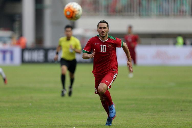 Pemain timnas Indonesia, Ezra Walian saat pertandingan persahabatan Indonesia melawan Myanmar di Stadion Pakansari, Cibinong, Bogor, Jawa Barat, Selasa (21/3/2017). Indonesia kalah 1-3 melawan Myanmar.