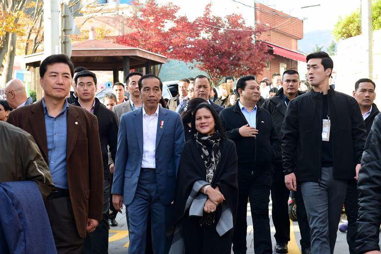 Presiden Joko Widodo bersama Ibu Negara Iriana saat mengunjungi Kampung Gamcheon di Busan, Korea Selatan pada Minggu (24/11/2019).