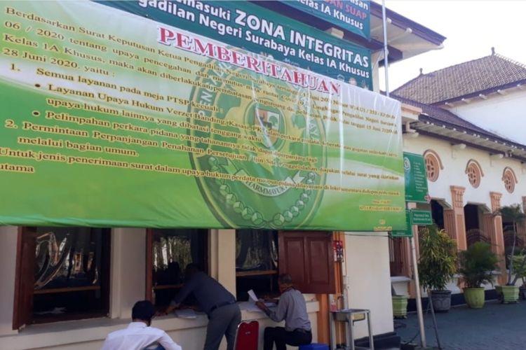 Pelayanan di depan Pengadilan Negeri Surabaya saat masa pembatasan.