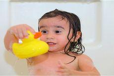Kiat Mengatur Suhu Air Mandi Bayi