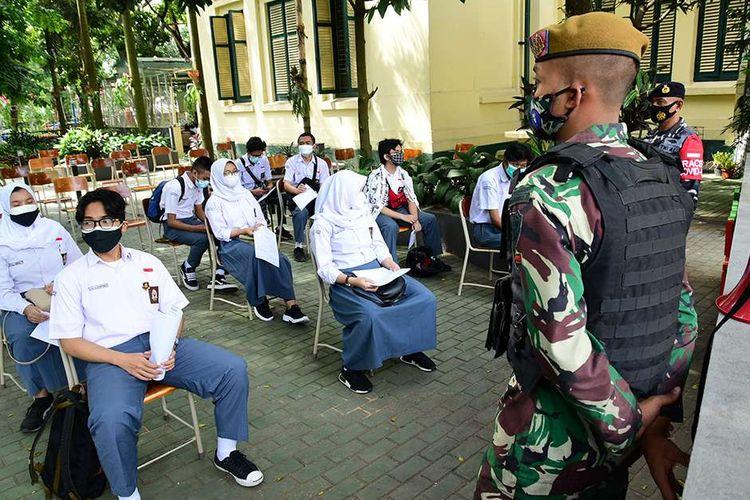 Suasana vaksinasi Covid-19 bagi pelajar yang digelar di SMAN 5 Bandung, Jalan Belitung, Kota Bandung, Jawa Barat, Rabu (14/7/2021). Pemerintah Provinsi Jawa Barat resmi memulai vaksinasi Covid-19 terhadap para pelajar di Jawa Barat, dengan menargetkan 1.000 sampai 2.000 siswa yang divaksin per harinya.