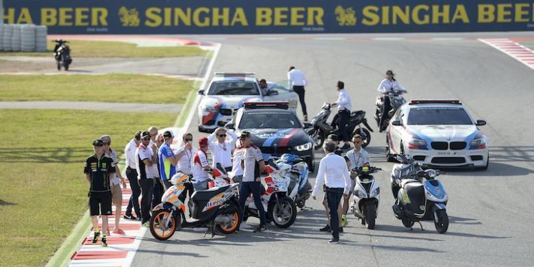Para pebalap MotoGP dan Dorna melihat lokasi kecelakaan pebalap Moto2 asal Spanyol, Luis Salom, di tikungan 12 Sirkuit de Barcelona-Catalunya. Salom terjatuh ketika menjalani sesi latihan bebas kedua GP Catalunya, Jumat (3/6/2016).