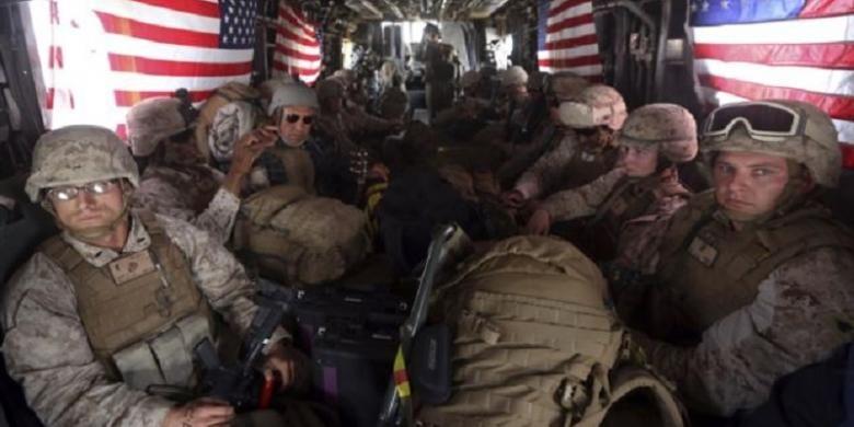 Marinir AS di sebuah helikopter di pangkalan udara Kandahar, provinsi Helmand, Afghanistan