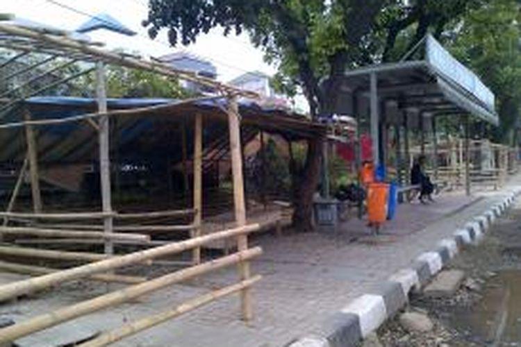 Mendekati Idul Adha yang jatuh pada tanggal 15 Oktober, para pedagang hewan kurban berdagang di pinggir jalan. Seperti di pinggir Jalan Tanjung Barat, terlihat gubuk-gubuk yang akan digunakan untuk berjualan kambing berjejer di samping halte Tanjung Mas, Jagakarsa, Jakarta Selatan, Senin (30/9/2013)