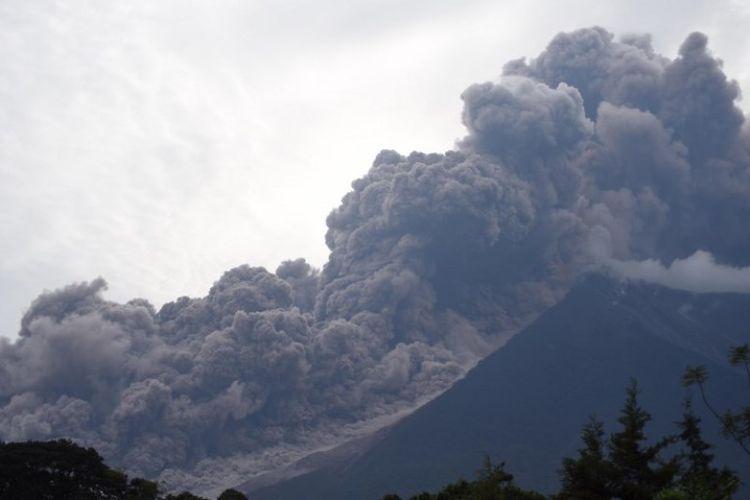 Gunung api Fuego di Guatemala erupsi. Foto ini diambil pada Minggu (3/6/2018) dari kota Alotenango, Sacatepequez, sekitar 65 km barat daya Kota Guatemala. (AFP/Orlando Estrada)