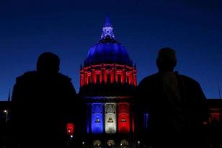 San Fransico City Hall di selimuti dengan warna bendera nasional Perancis, di San Fransisco, California, Amerika Serikat, Sabtu, 14 November 2015. Aksi ini merupakan bentuk solidaritas untuk mengenang ratusan orang yang tewas dan terluka dalam aksi serangan teroris yang terjadi di paris pada 13 November malam.