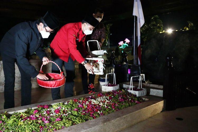 Wali Kota Surabaya saat nyekar dan tabur bunga di komplek makam Bung Karno di Blitar, Jawa Timur, Jumat (5/6/2021) malam.
