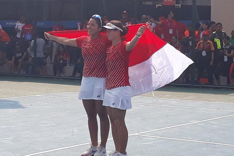 Beatrice Gumulya/Jessy Rompies usai mengalahkan Peangtarn Plipuech/Tamarine Tanasugarn (Thailand) di final tenis nomor ganda putri di SEA Games 2019 di Rizal Memorial Tennis Center, Sabtu (7/12/2019).