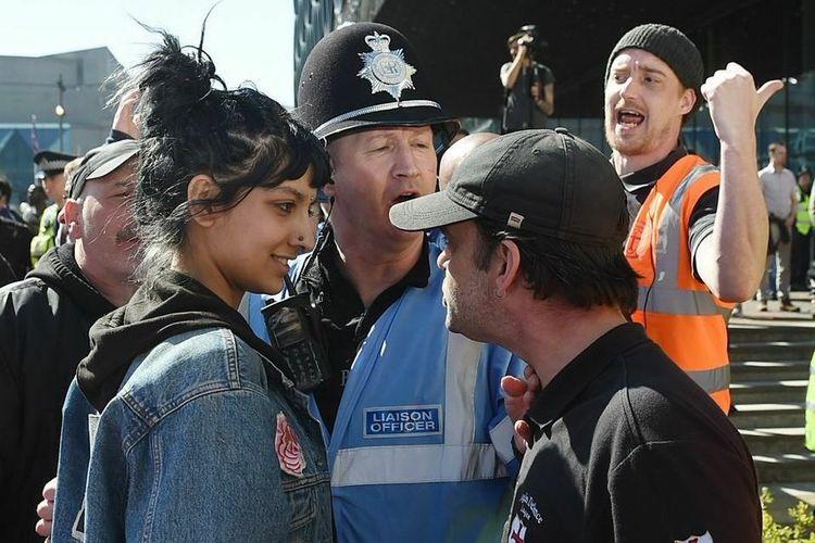 Foto Saffiyah Khan diambil dalam aksi unjuk rasa yang diadakan oleh kelompok Liga Pertahanan Inggris (EDL) di Centenary Square, Birmingham, Inggris, Sabtu (6/4/2017).